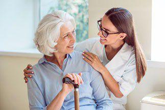 comment devenir auxiliaire de vie en maison de retraite informations formations et salaires